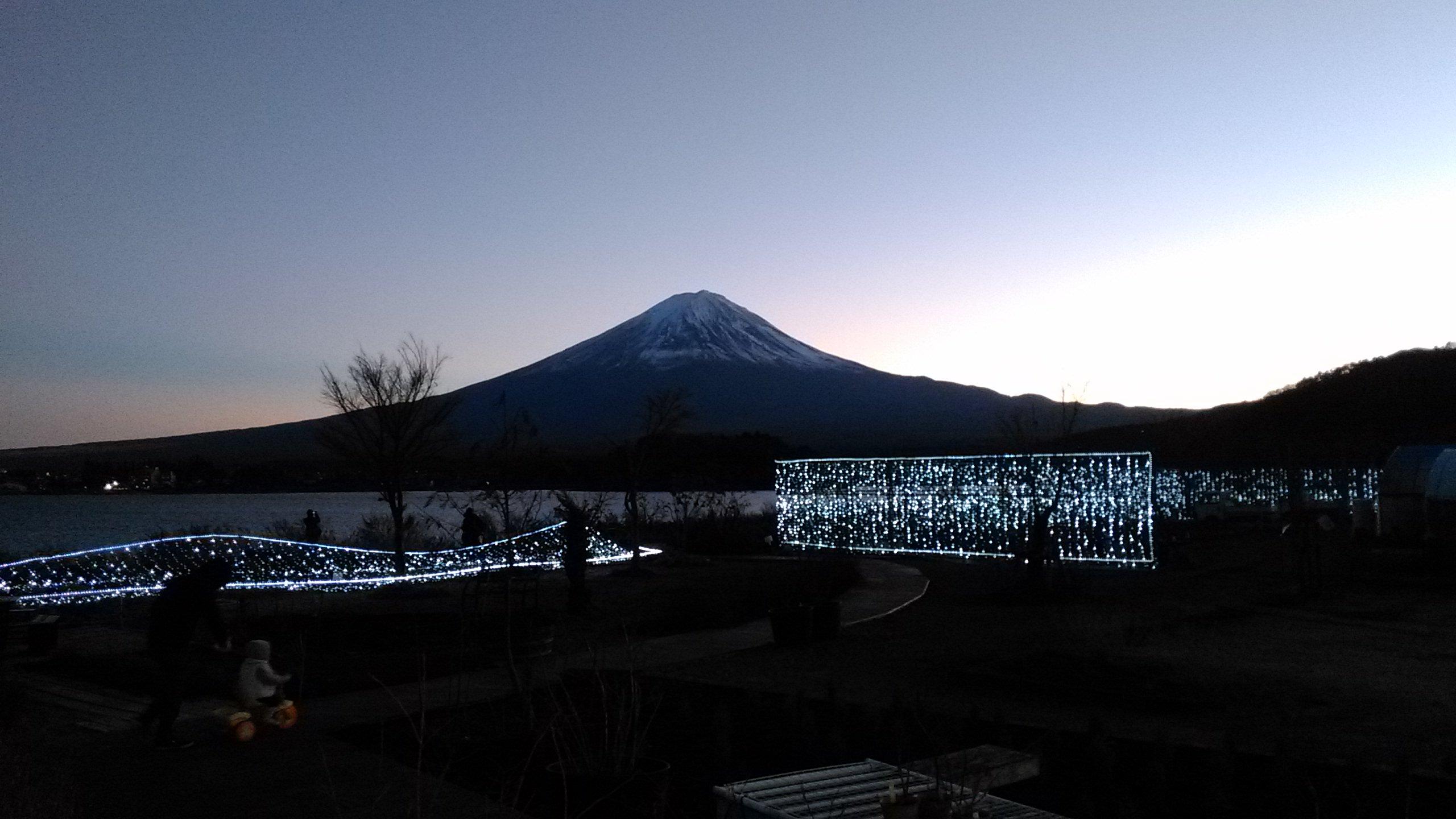 大石公園のイルミネーションと富士山