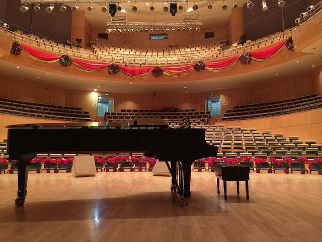 コンサートホールに置かれたグランドピアノ